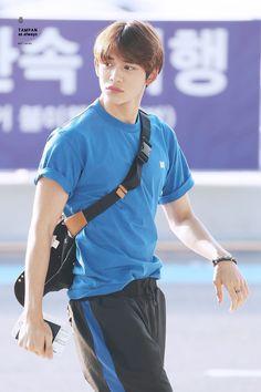 Cre: on pic Lucas Nct, Winwin, Nct 127, Nct U Members, Jung Woo, Cute Beauty, Korean Men, Airport Style, Taeyong