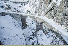 Verschneite Steinbrücke über einen vereisten Fluss, Andermatt, Uri, Schweiz Andermatt, Winter Sports, Switzerland, Snow, Outdoor, River, Stones, Viajes, Outdoors