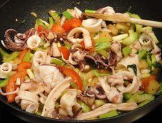 Dies ist bestimmt die leckerste Art Tintenfisch mit Gemüse zu braten! Tintenfisch ist immer etwas aufwendig in der Vorbereitung wenn man ganze Exemplare verwendet. Es ist wichtig, die Innereien mit dem harten Glaskörper und die rote Haut der Tuben sorgfältig zu entfernen, wobei man die zehnarmigen Fangarme ohne den Schnabelbereich später auch mitverwenden kann. Mit frischem Gemüse gebraten ist die eigentliche Zubereitung dann eher schnell, denn das Garen dauert nicht lange. Durch die…
