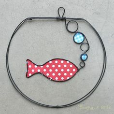 Wire & paper/fabric: fish in fishbowl ornament. Wire Crafts, Metal Crafts, Fabric Jewelry, Wire Jewelry, Sculptures Sur Fil, Wire Ornaments, Wire Flowers, Wire Art, Beads And Wire