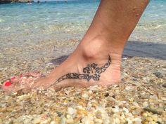 Tattoo polynésien intérieur pied
