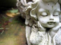 Der Tod eines Kindes ist das Schlimmste, was Eltern passieren kann.  Der Schmerz ist so unsagbar groß, der Verlust kaum zu begreifen.  Vieles erscheint den Eltern plötzlich sinnlos und es gibt kaum eine Idee wie das Leben weitergehen kann.  Vielmehr scheint die Zeit still zu stehen und nichts kann den Schmerz mildern. Trauersprüche: Wie lässt sich das