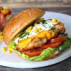 Een burger met kip is keer op keer een winnaar. Daarom is er nu een nieuwe variant op deDoorMeal Crispy Chicken Burger: de 2.0 versie! Deze keer is het een burger van malse kippendij op een stevige bol met verschillende groenten en jalapeño voor het pittige randje. Daar wil jij toch ook je tanden in zetten? Benodigdheden Voor 1 Crispy Chicken Burger   – 1 sandwich bol – 50 gram kippendijfilet – 1 plakje cheddar – bloem &