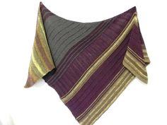 großes Dreieckstuch in leicht asymmetrischer Form hier wurden 3 verschiedene Farben in unterschiedlichen Strukturmustern perfekt aufeinander abgestimmt die pure extrafeiner Merinowolle macht...