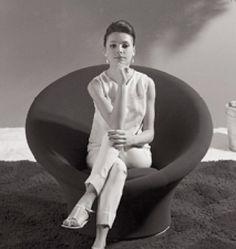 History of design : fauteuil Mushroom par Pierre Paulin 1959 Futuristic Interior, Retro Futuristic, Upholstered Arm Chair, Armchair, Mushroom Chair, Art Minimaliste, Ergonomic Kneeling Chair, Pierre Paulin, Couches