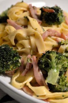 Ost- & skinksås med broccoli Broccoli Pasta, Fika, Pasta Salad, Food Porn, Food And Drink, Lunch, Healthy Recipes, Dinner, Vegetables