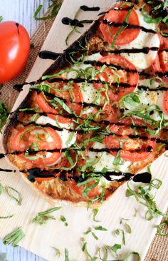 This Roasted Garlic Caprese Flatbread spices up with a loaf of ciabatta with a roasted garlic spread, roma tomatoes, fresh mozzarella and a balsamic drizzle! A simple and quick dinner! Flatbread Pizza, Flatbread Recipes, Flatbread Appetizers, Vegetarian Recipes, Cooking Recipes, Healthy Recipes, Veggie Recipes, Easy Recipes, Best Holiday Appetizers