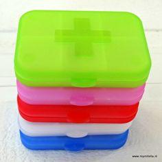 hippe leuke pillendoosjes- vrolijke kleuren http://www.mymitella.nl/c-3300396/cadeautjes-voor-de-patient/