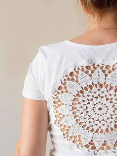White t-shirt with upcycled vintage crochet doily back Camiseta branca com guardanapo de crochê vintage upcycled por katrinshine Paper Doily Crafts, Doilies Crafts, Fabric Crafts, Sewing Crafts, Fabric Paper, Paper Doilies, Diy Crafts, Appliques Au Crochet, Crochet Doilies