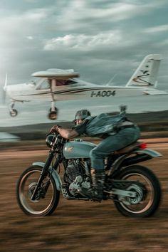 Get low! Killer shot by found via Rider: Gabriele Caneschi. Moto Triumph Bonneville, Bonneville Cafe Racer, Cafe Racer Honda, Cafe Racers, Bobber Custom, Custom Bikes, Custom Cycles, Triumph Motorcycles, Vintage Motorcycles