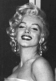 May Marilyn Monroe at Walter Winchell's birthday party held at Ciro's Nightclub in Hollywood. Classy Aesthetic, Bad Girl Aesthetic, Aesthetic Collage, Aesthetic Vintage, Aesthetic Photo, Aesthetic Pictures, Aesthetic Drawing, Look 80s, Images Esthétiques