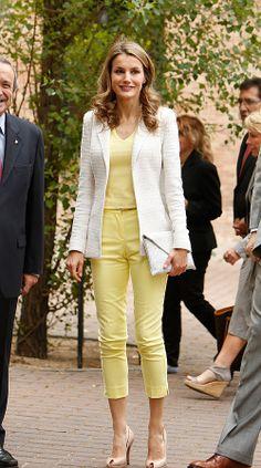 LETIZIA ORTIZ Fotografiamos a la Princesa de Asturias durante su visita a la Residencia de Estudiantes de Madrid, ataviada en un pantalón al tobillo, un fresco top con cuello de pico en amarillo pálido y una cartera tipo sobre en piel animal, todo de la firma Uterqüe. Complementó su look con un blazer blanco de Mango y zapatos peep toes de Magrit en nude.