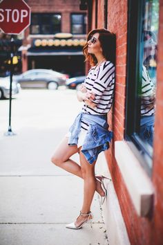 Love the laid back feel tying shirts around your waist brings to the outfit. Gap Outfits, Fashion Outfits, Summer Outfits, Street Chic, Street Style, Gap Denim Jacket, Fashion News, Women's Fashion, Skort