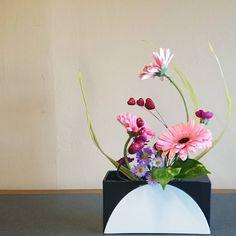 #freestyle #valentine arrangement loaded with pink #gerbera and hearts  #自由花 のテーマは「家族で #バレンタイン 」#ikenobo #ikenobola  #ikebana #ガーベラ #池坊 #いけばな #生け花