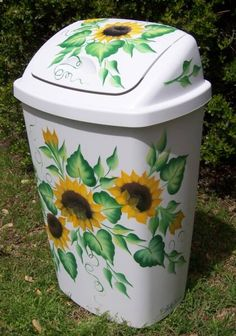 Bick-Lane Creations offers beautifully decorated Hand Painted Mailboxes, Trash Cans, Wine Glasses and other Glassware. Sunflower Themed Kitchen, Sunflower Bathroom, Sunflower Room, Sunflower Kitchen Decor, Painted Trash Cans, Painted Furniture, Diy Furniture, Do It Yourself Furniture, Decor Scandinavian