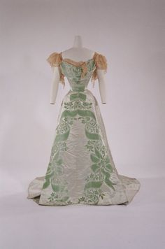 Worth evening dress, 1901, From the Bunka Gakuen Costume Museum