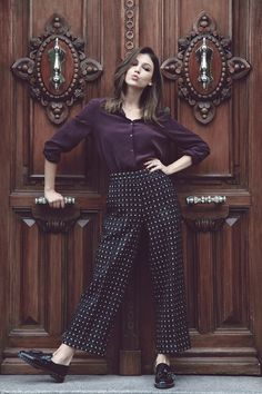 Créditos: chaqueta, blusa y pantalón de Marlota, zapatos de Claudie Pierlot, colgante de Dime que me quieres. Blog de Úrsula Corberó.