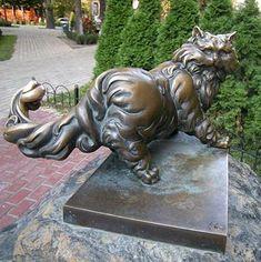 Памятник коту Пантелеймону напротив Золотых ворот, Киев, Украина.