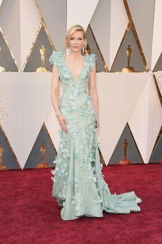 Pin for Later: Retour Sur Tous les Looks des Oscars 2016 Cate Blanchett Portant une robe signée Armani Privé, des escarpins Giuseppe Zanotti, et une pochette Roger Vivier.
