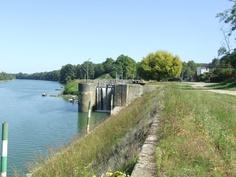 Castets en Dorthe, fin de la partie navigable de la Garonne (Bdx à Castets) donc il faut prendre le canal Latéral ici pour continuer à naviguer - écluses à faire