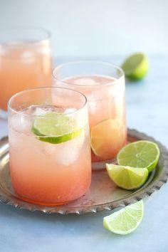 ピンクグレープフルーツとライムの色合いがお洒落でかわいいカクテル。