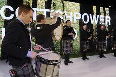 La banda escocesa de gaitas en el escenario