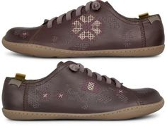 Twins come as dark brown lace-up sneakers made of full grain tanned leather.   This natural Camper icon is the highlight of our Hybrid Initiative. It features a 100% recyclable TPU sole that is durable and reduce waste. The use of chrome-free leathers minimizes possible allergic reactions and the recycled PET elastic laces allow an easy fastening.