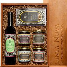 Cabaz Gourmet composto por: 1 azeite extra virgem Quinta Nova (500ml)   1 tisana (40 gr)   4 doces (250 gr).Aromas e Sabores Genuínos do Vale do Douro. Deixe-se surpreender pelos sabores da região que a Quinta Nova vai selecionar para si!