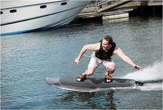 A empresa sueca Radinn desenvolveu uma prancha de wakeboard elétrica (electric-powered wakeboard) , que elimina a necessidade de um barco a motor ou jet ski para ser rebocado!