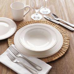 Το σετ Perla αποτελείται από 6 λευκά πιάτα 27 εκατοστών, 6 βαθιά 23,5 εκατοστών, 6 γλυκού ή φρούτου 17 εκατοστών, μία σαλατιέρα 23 εκατοστά και μία πιατέλα οβάλ 33x25cm. Κατάλληλα για τον φούρνο μικροκυμάτων και το πλυντήριο πιάτων.