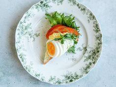 Snitter med egg og tomat Avocado Egg, Avocado Toast, Caprese Salad, Eggs, Breakfast, Food, Morning Coffee, Meal, Egg