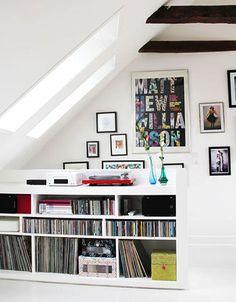 音楽好きの方は、たくさんのレコードやアルバムに囲まれて至福の時間を♡真っ白な部屋に赤のターンテーブルが目を引きます!とてもスタイリッシュな屋根裏部屋で素敵です。