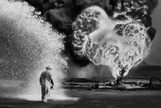 Firma d'eccellenza nella storia della fotografia, Sebastião Salgado porta l'esperienza della guerra alla galleria Forma Meravigli di Milano.