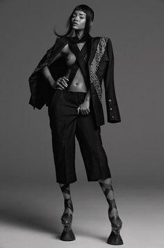 Rihanna usa risca de giz e animal print calções terno por Comm