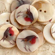 cassiaviviani: (a través de los botones de costura Robin Button Art, Button Crafts, Sewing A Button, Sewing Notions, Vintage Buttons, Sewing Hacks, Sewing Projects, Sewing Ideas, Vintage Sewing