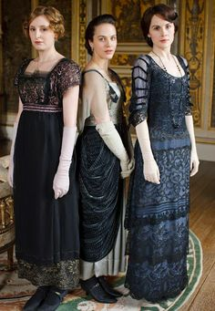 The Crawley sisters: Laura Carmichael as Lady Edith, Jessica Brown Findlay as Lady Sybil, and Michelle Dockery as Lady Mary on Downton Abbey. Downton Abbey Costumes, Downton Abbey Fashion, Downton Abbey Season 1, Michelle Dockery, Moda Retro, Moda Vintage, Style Édouardien, Mode Style, Club Style