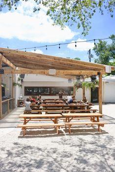 Outdoor Restaurant Design, Deco Restaurant, Outdoor Cafe, Outdoor Seating, Kid Friendly Restaurants, Food Park, Beach Cafe, Restaurant Interior Design, Beer Garden