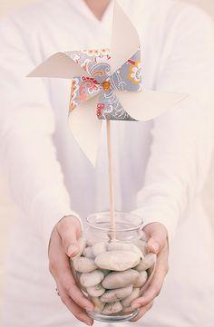 Una suave brisa y el molinillo de papel empieza a girar... Hoy en el blog un tutorial para hacerlos en vuestra boda  http://www.unabodaoriginal.es/blog/donde-como-y-cuando/decoracion/diy-molinillos-de-papel