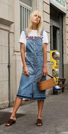 T-shirt gráfica, jardineira com saia midi, mule aberto, bolsa de palha
