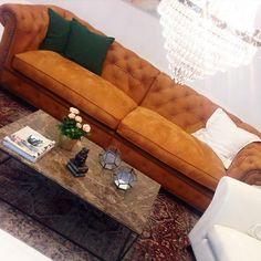 Brun Buffeln skinnsoffa i chesterfieldmodell. Chesterfield, soffa, vardagsrum, skinn, anilinskinn, möbler, inredning, marmorbord, kristallkrona, vintagematta.