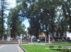 La Plaza Vasco de Quiroga en Pátzcuaro uno de los atractivos turísitcos de Michoacán, al fondo nuestro Hotel Mansión Iturbe.
