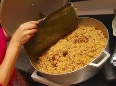 Arroz con Gandules Recipe (Puerto Rican rice and pigeon peas) Oh yummy! Puerto Rican Cuisine, Puerto Rican Recipes, Mexican Food Recipes, Rice And Pigeon Peas, Spanish Dishes, Spanish Food, Spanish Recipes, Spanish Rice Recipe, Spanish Cuisine