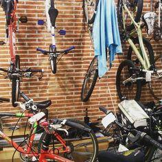 Día 19. Celebrando el Día Mundial de la Bicicleta con el taller hasta arriba. #30diasenbici #30daysofbiking. #alegresciclistas #bicicleta