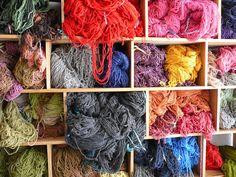 Ma voi amiche di #conlemani come tenete in ordine la vostra lana? Per colore? Per materiale? Per peso? A caso?!! #imparamaglia