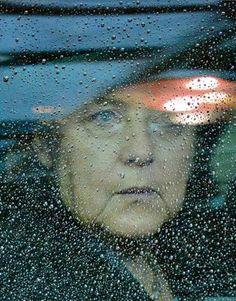 Libération. Bruxelles, 2013. Angela Merkel fait même pleurer le ciel. © Geert Vandenwijgaert/AP.