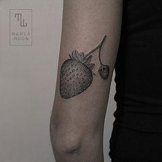 Cette fraise délicate.   36 idées de tatouages pour les gourmands
