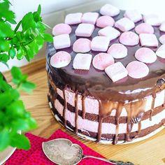 Wanted cake. Made one. 🍰👌🏼🍫🍓 Ja koska överi on parempi kuin vajari. 😙 #kakku #omnom #pääsiäinen