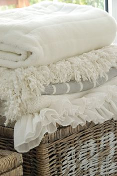 cozy blankets (via Liebesbotschaft: home stories) Vibeke Design, Linens And Lace, White Linens, White Sheets, White Cottage, Shabby Cottage, Cozy Blankets, Fluffy Blankets, Shades Of White