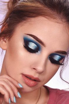 48 Amazing Glitter Christmas Makeup Ideas Christmas makeup looks exceptional whether it is subtle or very bright. Check out our 48 holiday makeup ideas and choose the one that works best for you. Dark Skin Makeup, Makeup For Green Eyes, Blue Makeup Looks, Cute Makeup, Gorgeous Makeup, Holiday Makeup Looks Christmas, Christmas Glitter, Christmas Lights, Weihnachten Make-up