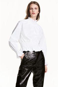 Blusa fruncida de algodón pima: ALTA CALIDAD. Blusa de manga larga en tejido de algodón pima. Modelo con cuello fruncido, hombros caídos, cremallera oculta en la espalda y puños y bajo fruncidos. 34,99€